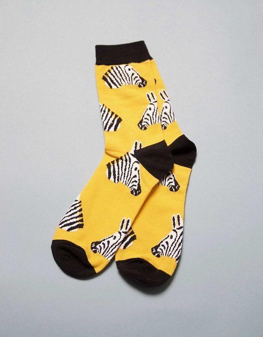 גרביים בצבע צהוב עם זברה