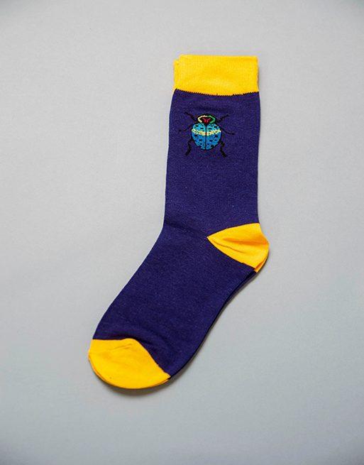 גרביים בצבע כחול וצהוב עם חיפושית זבל בצבע תכלת