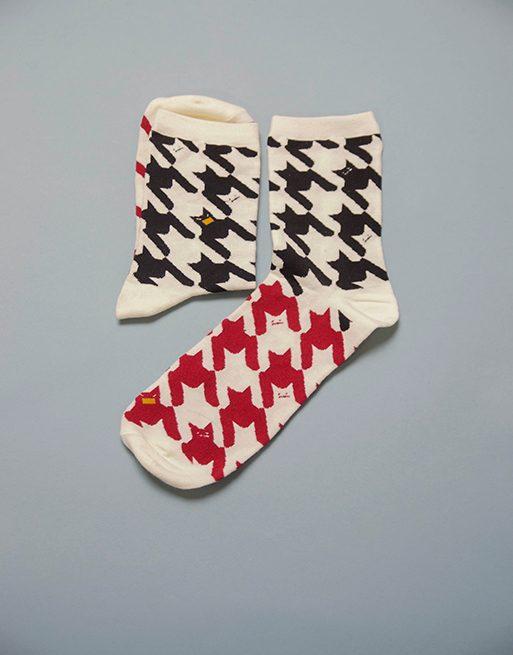 גרביים בצבע לבן עם צורות באדום ושחור