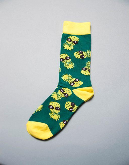 גרביים מגניבים בצבע ירוק וצהוב עם אננס מרכיב משקפי שמש