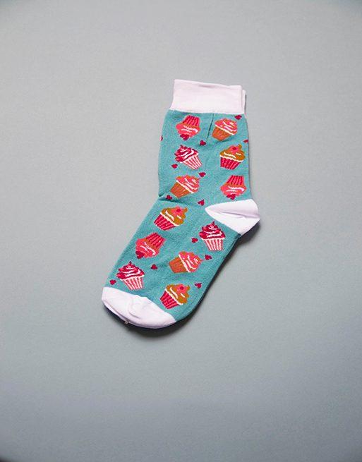 גרביים בצבע תכלת בהיר עם קאפקייקס