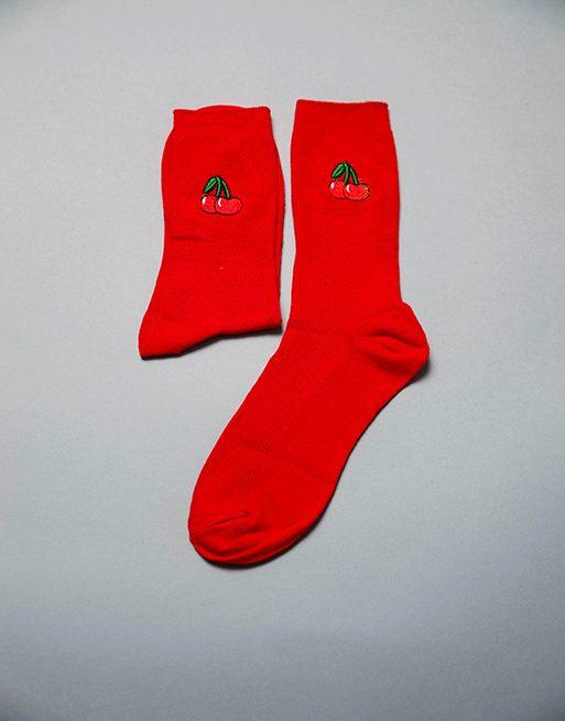 גרביים בצבע אדום עם אייקון דובדבנים