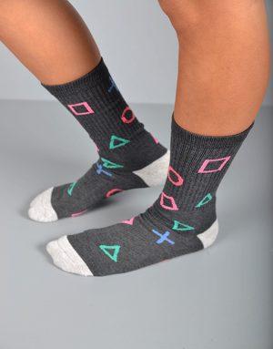 גרביים בצבע אפור כהה ובהיר עם כפתורים של שלט פלייסטיישן