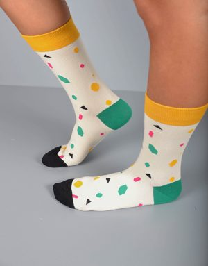 גרביים מעוצבים בצבע לבן עם צורות צבעוניות